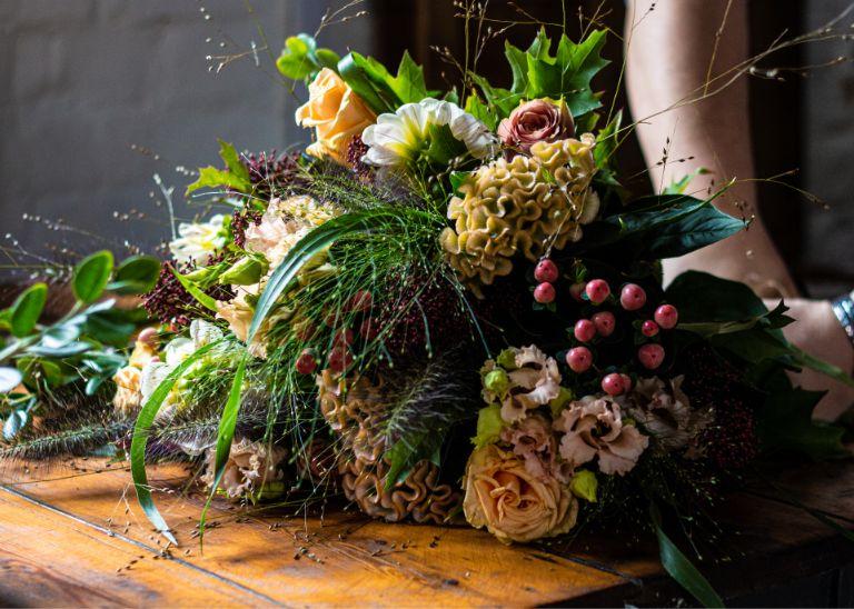 bogato zdobiony bukiet kwiatów
