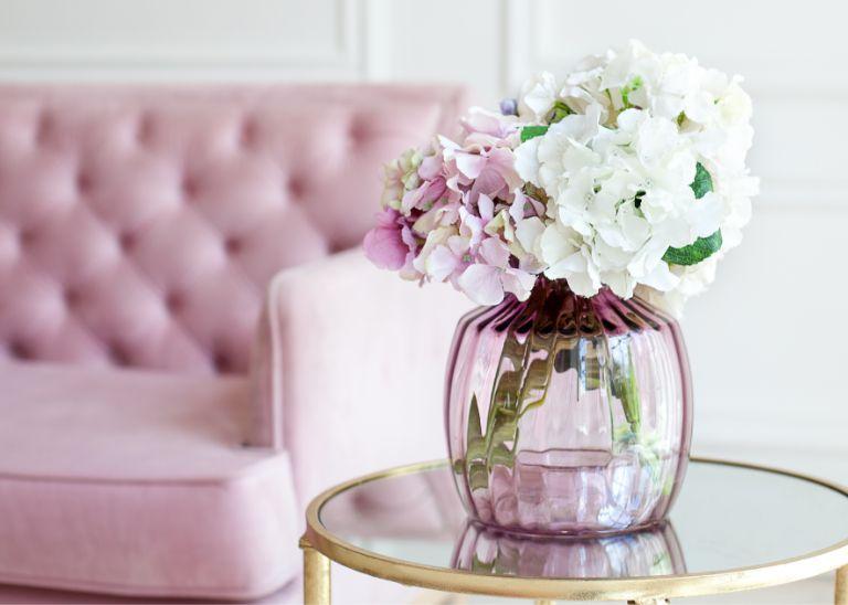 różowo-białe kwiaty wwazonie